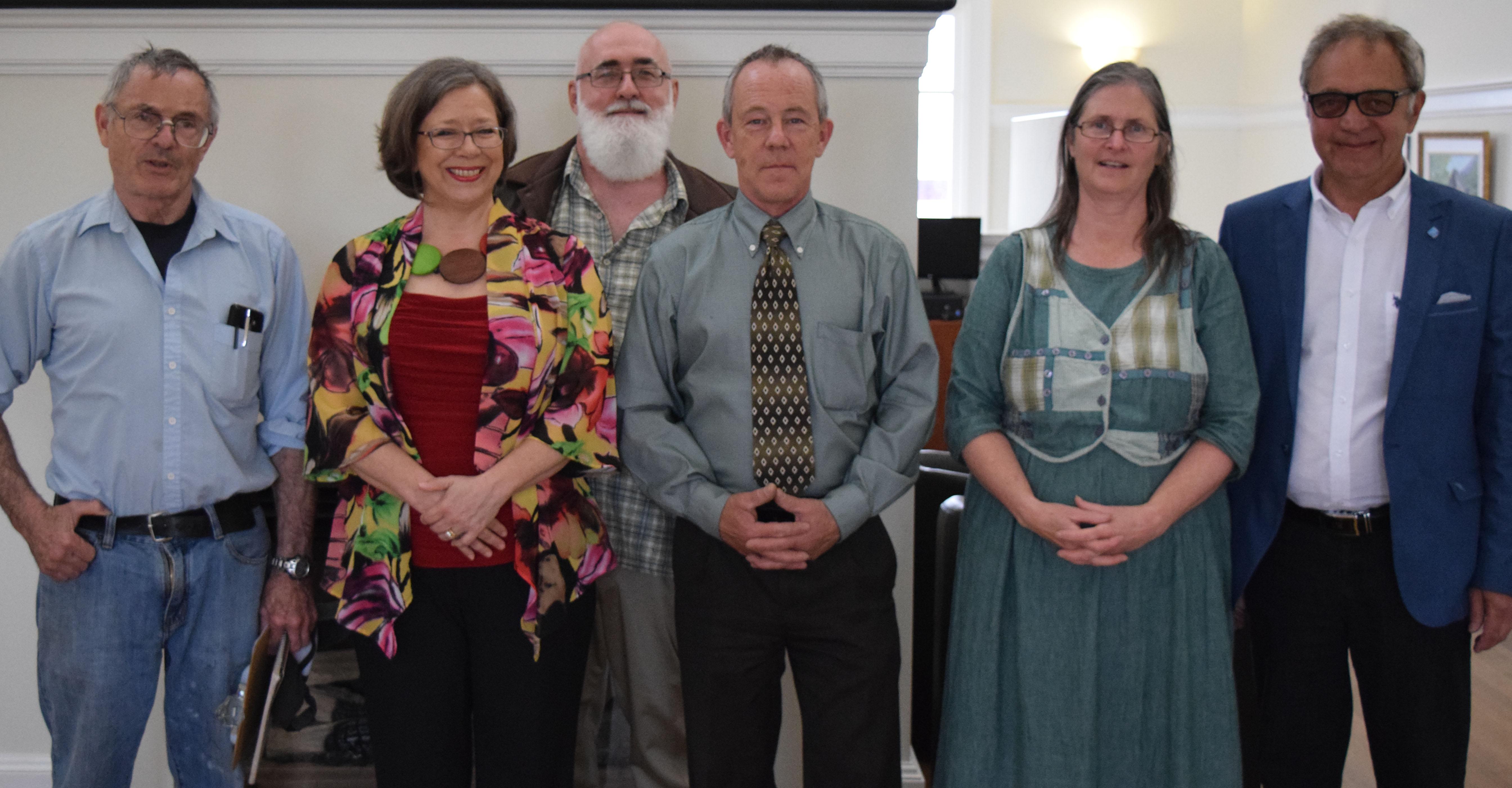 De gauche à droite : À l'avant : William Bradley, Édith de Haerne, Alain Magnan, Sandra Stephenson et Yves Pelletier À l'arrière : Ronald Perrier