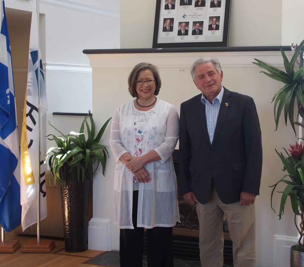 De gauche à droite: madame de Haerne et monsieur Hans Gruenwald Jr., maire de la Ville de Rigaud