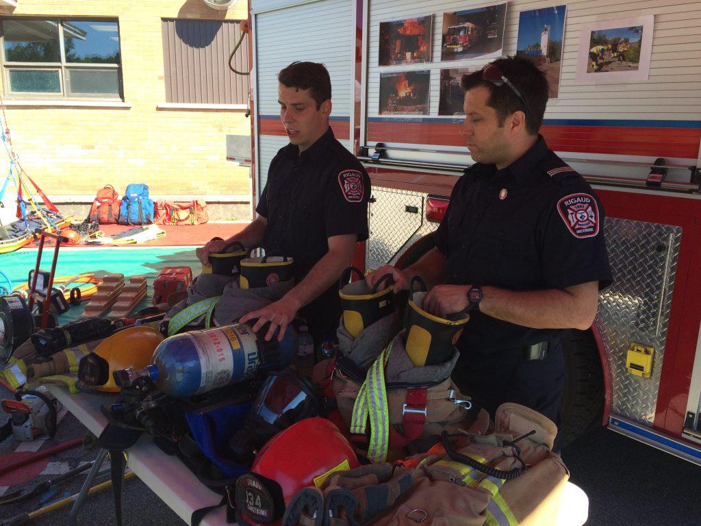 Deux pompiers du Service de sécurité incendie étaient sur place pour parler de leur métier.