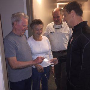 Des locataires qui ont reçu le nouvel accroche-porte en compagnie du surintendant de l'établissement, monsieur Patrick Lavoie