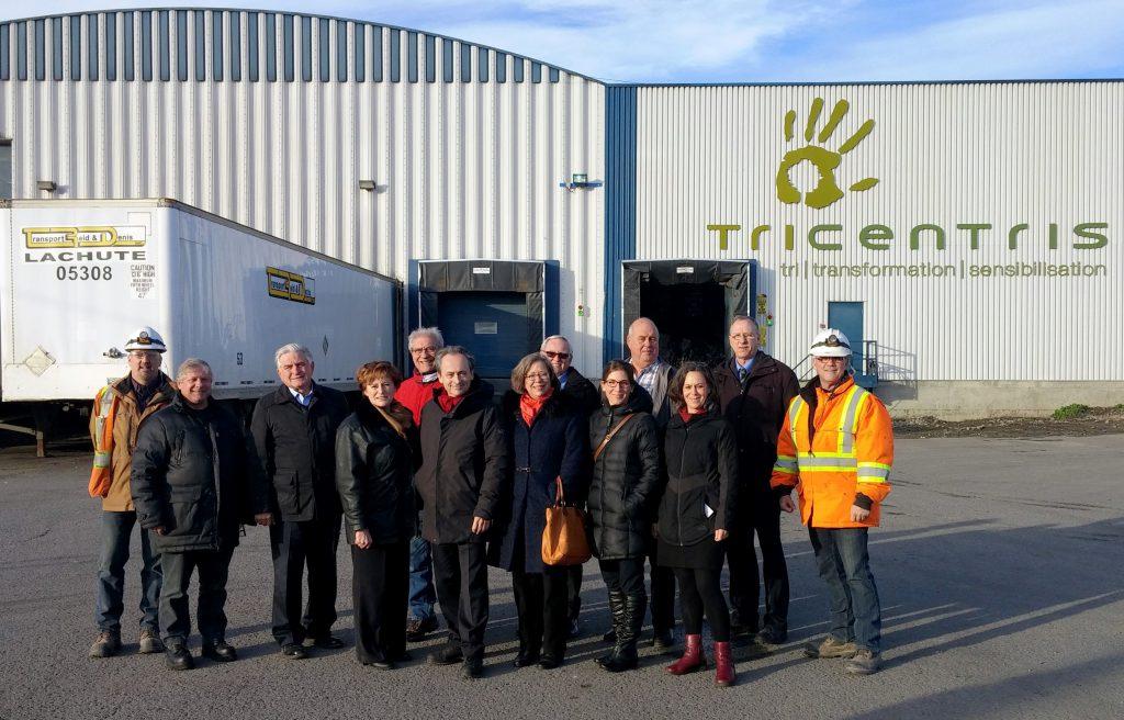 De gauche à droite : M. Daniel Bévillard, contremaître des opérations de l'usine Tricentris de Lachute, M. Gilles Santerre, maire de Pointe-des-Cascades, M. Hans Gruenwald Jr., maire de Rigaud, Mme Aline Guillotte, maire de Sainte-Marthe, M. Jean-Yves Poirier, maire de Saint-Polycarpe, M. Raymond Malo, directeur général adjoint de la MRCVS, Mme Édith de Haerne, conseillère de Rigaud, M. Raymond Larouche, maire de Les Cèdres, Mme Julie Labelle, agente de développement en environnement de la de la MRCVS, M. Daniel Beaupré, maire de St-Clet, Mme Anne Fortier, agente de développement en environnement de la de la MRCVS, M. Ron Kelley, directeur général de Terrasse-Vaudreuil, et M. Michel Cadorette, directeur de l'usine Tricentris de Lachute.