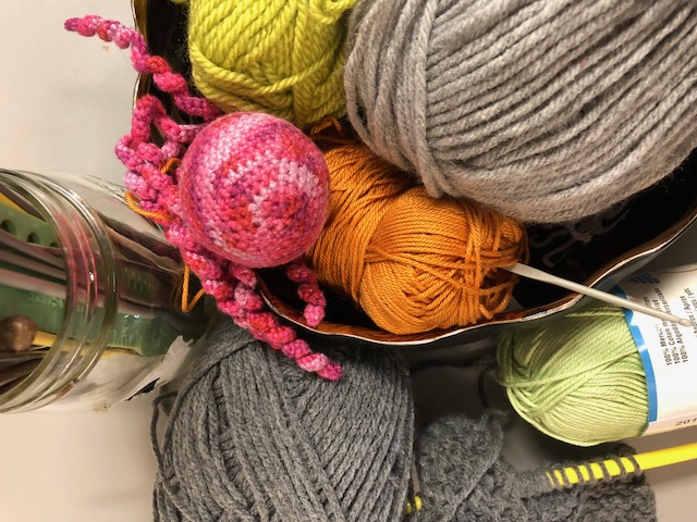 RAPPEL – Tous les jeudis: café-tricot-thé à la bibliothèque municipale