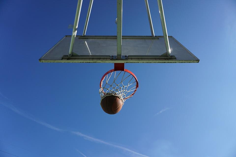 Des pratiques de basketball au parc les lundis soirs!